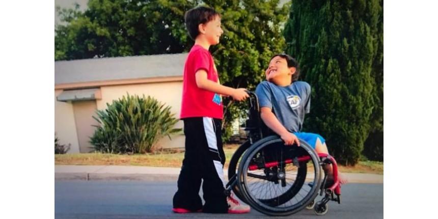 Menino de oito anos faz 'vaquinha' online para comprar cadeira de rodas para melhor amigo