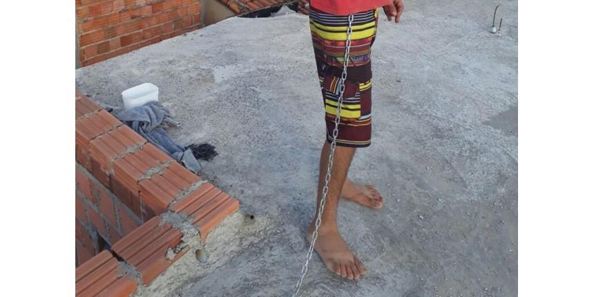 Menor acorrentado pela mãe deve ficar 9 meses internado: 'Grau de dependência forte', diz dono de clínica