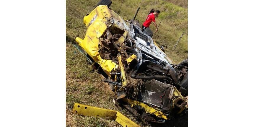 Motorista capota e destrói carro de luxo em rodovia de Echaporã