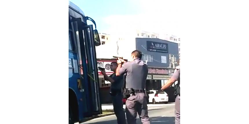 Passageiros são feitos de reféns em sequestro de ônibus