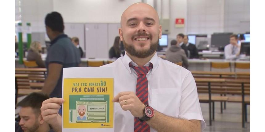 Atendente do Poupatempo faz sucesso em ação que incentiva sorriso em documentos