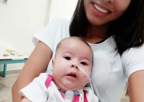 Mãe de bebê com doença rara faz campanha para custear tratamento de...
