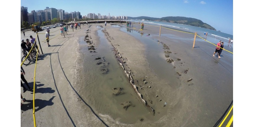 Navio misterioso que 'surgiu' em praia de SP vira alvo de pesquisadores estrangeiros