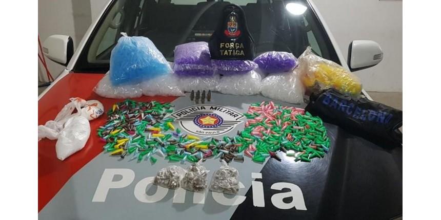 Suspeito é preso com centenas de porções de drogas em apartamento em Marília