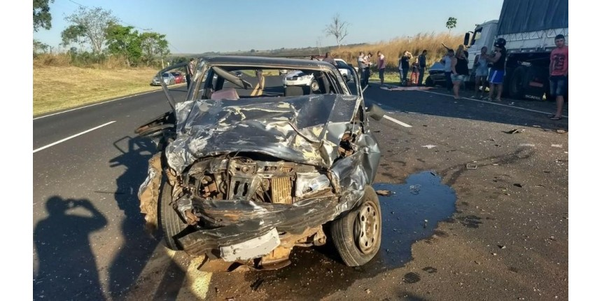 Acidente entre três carros e caminhão deixa mortos em rodovia
