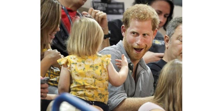 Garotinha que roubou pipoca do príncipe Harry motivou o pai a superar trauma de guerra