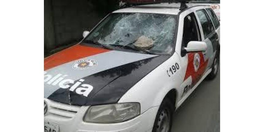 Homens armados assaltam república de estudantes e levam até contrabaixo