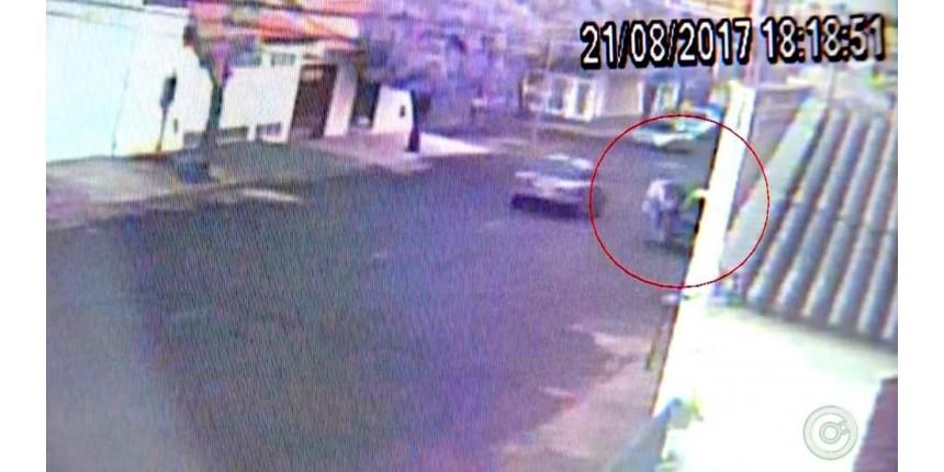 Imagens mostram suspeito de matar mulher usando carro dela no dia do crime