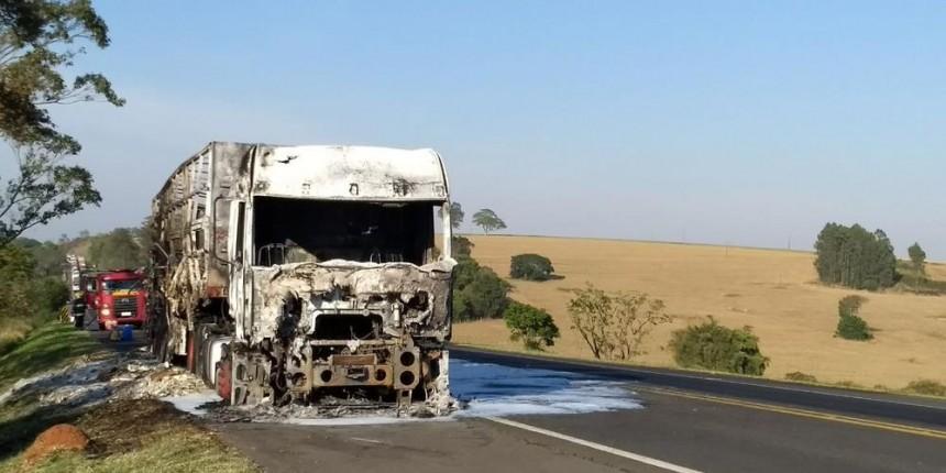 Incêndio que atingiu caminhão com dinamite é controlado