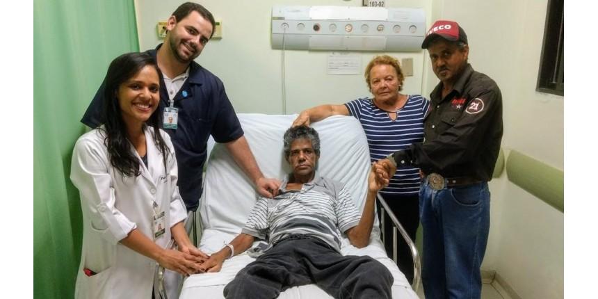 Morador de rua sofre AVC e consegue encontrar a família após 30 anos: 'Juntos novamente'