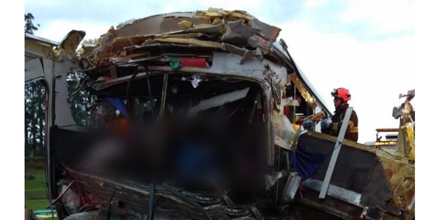 Acidente com ônibus de excursão deixa mortos em rodovia