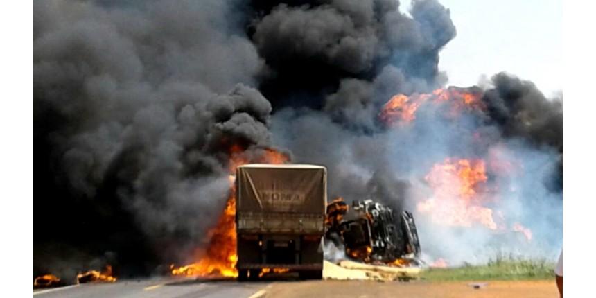 Carreta e caminhão-tanque batem de frente e veículos explodem