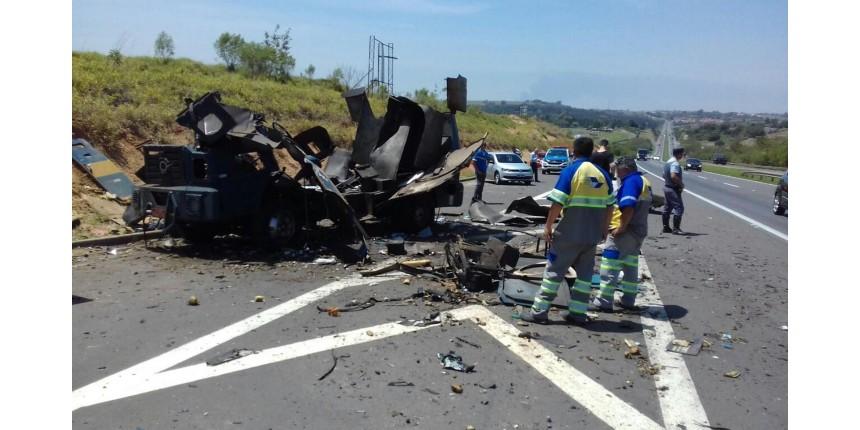 Criminosos explodem carro-forte na Rodovia