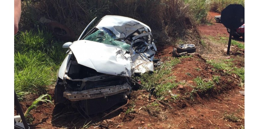 Motorista morre em colisão frontal com caminhão que deixou carro destruído