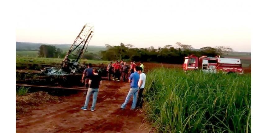 Avião agrícola cai na zona rural e mata uma pessoa
