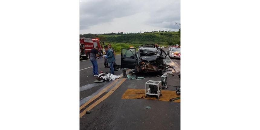Batida entre dois carros e caminhão deixa cinco pessoas feridas na SP-333