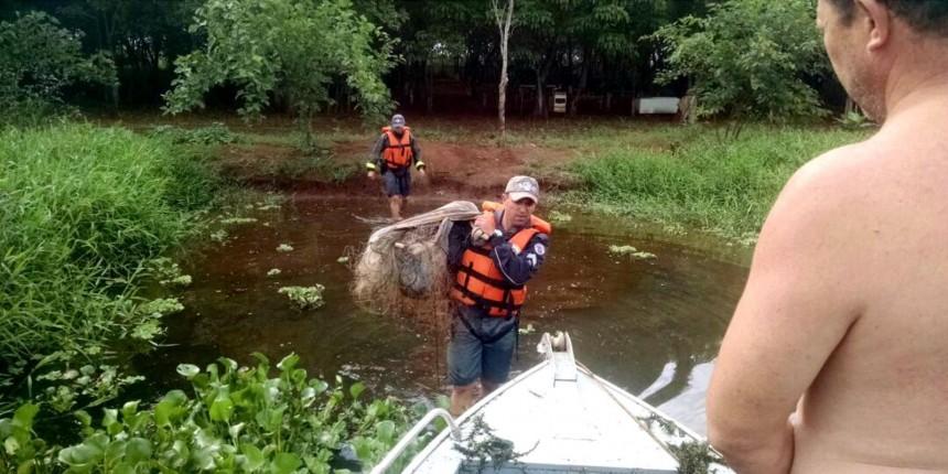 Homem é flagrado fazendo pesca ilegal em Itapuí e tenta escapar nadando