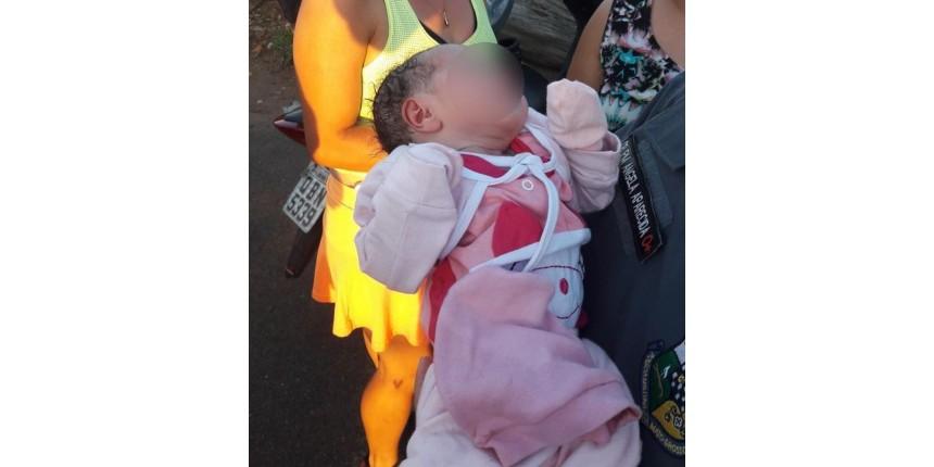 Mãe que abandonou bebê recém-nascido em matagal perto de lago após parto é presa