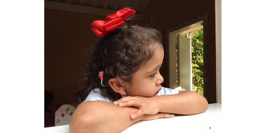 Menina surda desenvolve a fala após implante: 'Cada novo som é uma festa', diz mãe