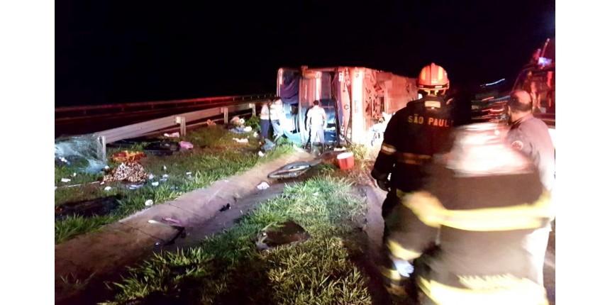 Ônibus fretado tomba e mata passageiros na rodovia