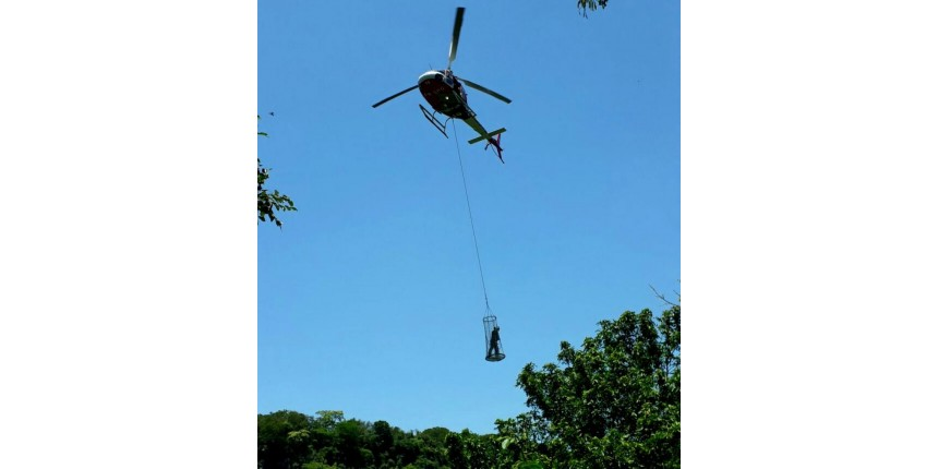 Polícia usa helicóptero para apreender drogas em despenhadeiro de Marília