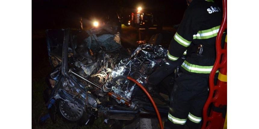 Acidente entre carro e caminhão deixa dois mortos em estrada vicinal