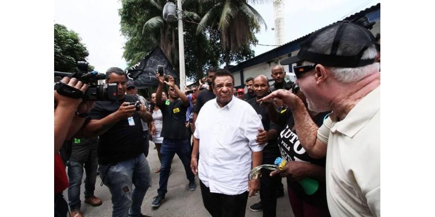 Agnaldo Timóteo visita presidente do PR na prisão e é hostilizado