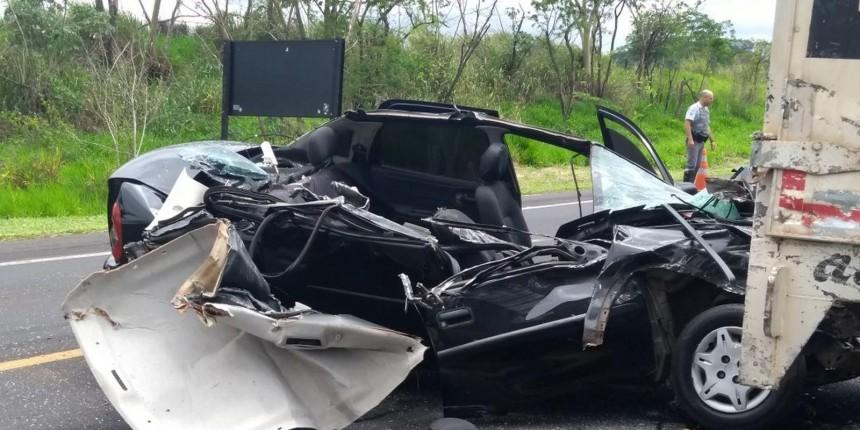 Carro fica destruído após bater em caminhão parado em rodovia na região de Marília