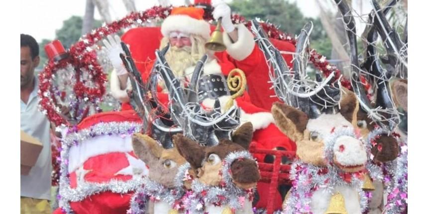 Crianças atiram pedras em Papai Noel