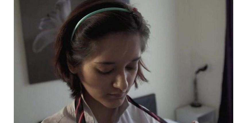 Mulher se disfarça de menina de 14 anos para revelar atuação de pedófilos na internet