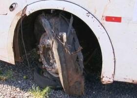 Polícia apreende pneu de ônibus para perícia após acidente...