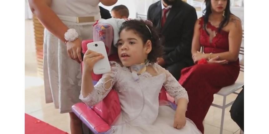 Menina deixa hospital 6 anos após nascer e vira dama de honra da mãe