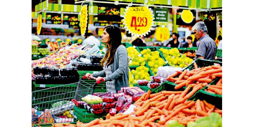Inflação anual fica abaixo do piso da meta pela primeira vez