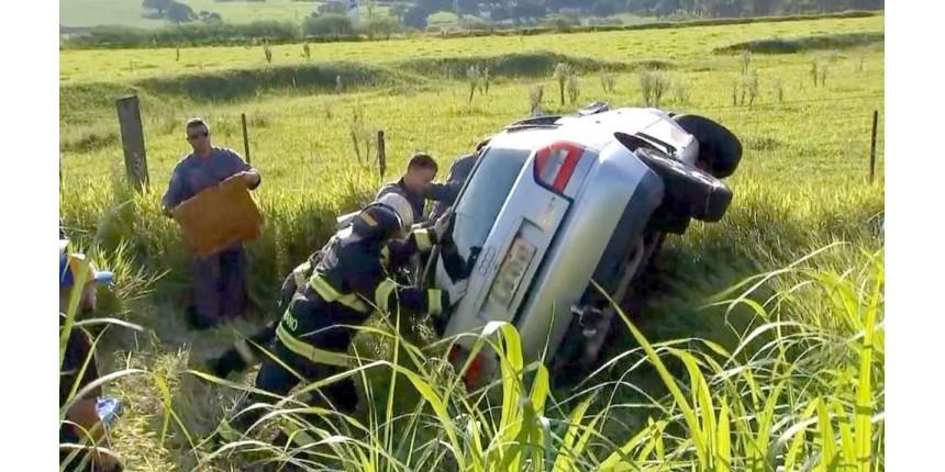 Carro capota na Rodovia do Contorno em Marília e deixa um ferido