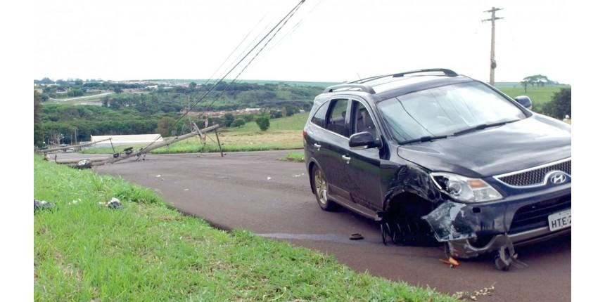 Carro desgovernado arranca cinco postes e deixa centenas de pessoas sem energia