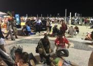 Carro invade calçadão e a Praia de Copacabana e deixa...