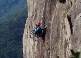 Chinês paraplégico escala montanha de 495 metros em cadeira de rodas: 'Ainda...