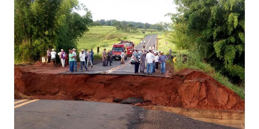 Cratera aberta após chuva levar parte de rodovia; dois homens morreram