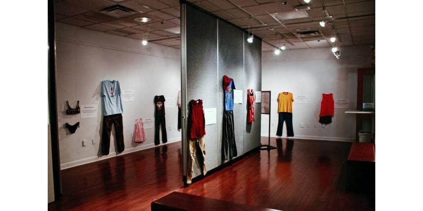 Exposição na Bélgica traz roupas de vítimas de estupro para romper mito de 'culpa da mulher'