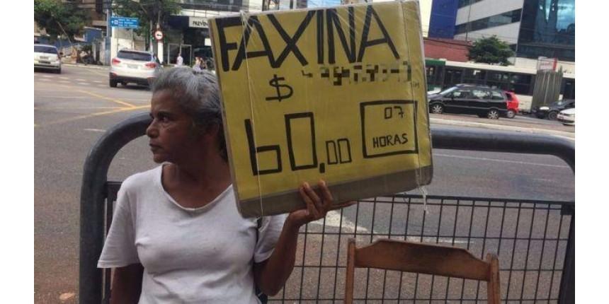 'Fico pensando em leis enquanto limpo privadas': a advogada que virou faxineira em São Paulo