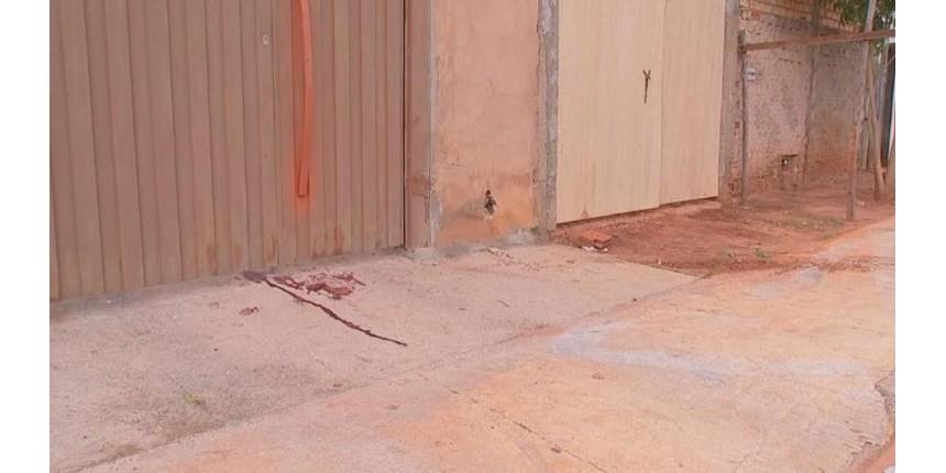 Homem tenta matar ex-mulher atropelada em frente de casa e atinge atual namorado dela