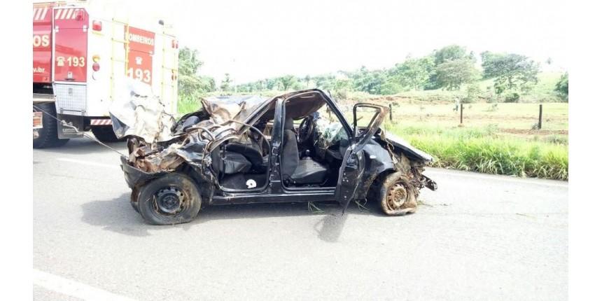 Jovem fica preso em carro com corpos por dois dias após acidente
