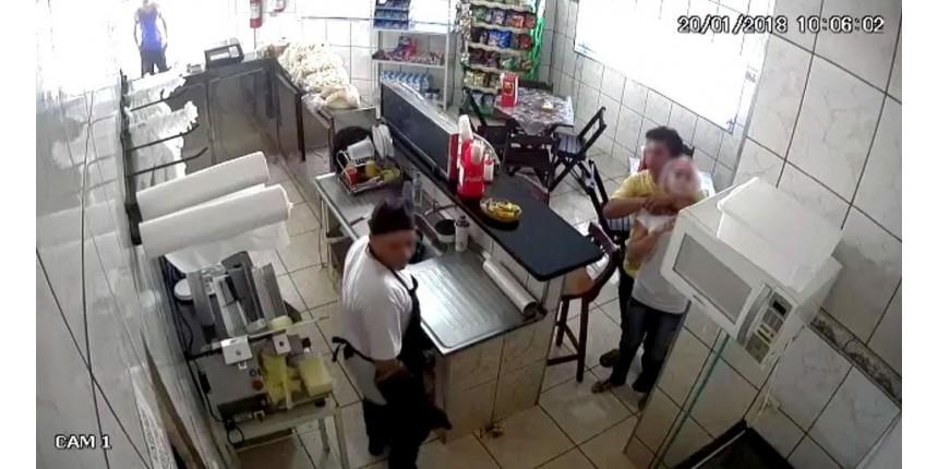 Ladrão assalta padaria e faz funcionária refém com faca no pescoço