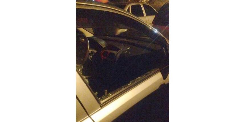 PM quebra vidro de carro para retirar criança trancada pelos pais durante rodeio