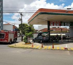 Posto de combustíveis é isolado após carro derrubar bomba de...