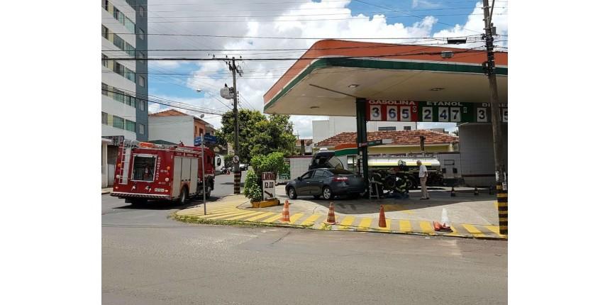 Posto de combustíveis é isolado após carro derrubar bomba de gasolina em batida