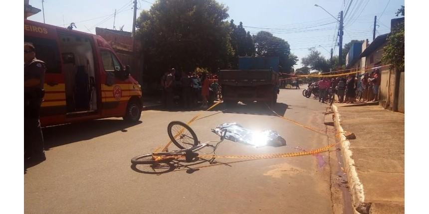 Adolescente em bicicleta pega 'carona' em caminhão e morre atropelado