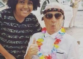 Aos 98 anos, Orlando Drummond, o 'Seu Peru', curte bloco no Rio