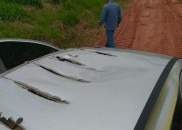 Avião agrícola faz rasante sobre carro e 'rasga' lataria