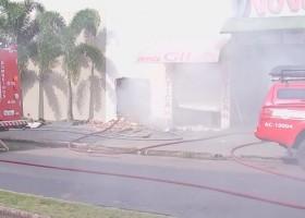 Criminosos furtam supermercado e ateiam fogo no depósito em Marília